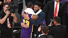 LeBron James (vlevo) z LA Lakers a Anthony Davis z New Orleans se zdraví po...