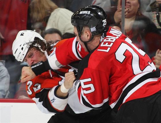Riley Cote (vlevo) utrpěl během hokejové kariéry několik otřesů mozků. Do hlavy...