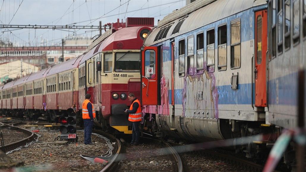 Před srážkou vlaků v Brně projel strojvedoucí návěstí stůj, řekla inspekce