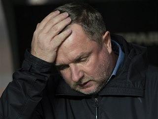 Pavel Vrba se drží za hlavu, není spokojený s výkonem mužstva z Plzně.