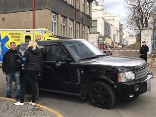 V Kamenické ulici na Letné museli policisté střílet. Muž před nimi ujížděl v...