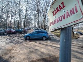 Málo parkovacích míst ve Fakultní nemocnici v Hradci Králové nutí řidiče...