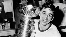 TRIUMF V ROCE 1954. Kapitán Detroit Red Wings Ted Lindsay objímá Stanley Cup.