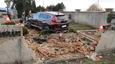 ae91eed9c3e Auto probouralo hřbitovní zeď a poničilo osm hrobů.