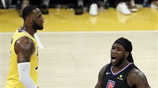 Montrezl Harrell (5) z LA Clippers se raduje, LeBron James z LA Lakers je...
