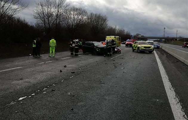 Dálnici D6 na Kladensku blokovala nehoda, čelně se střetlo auto s náklaďákem
