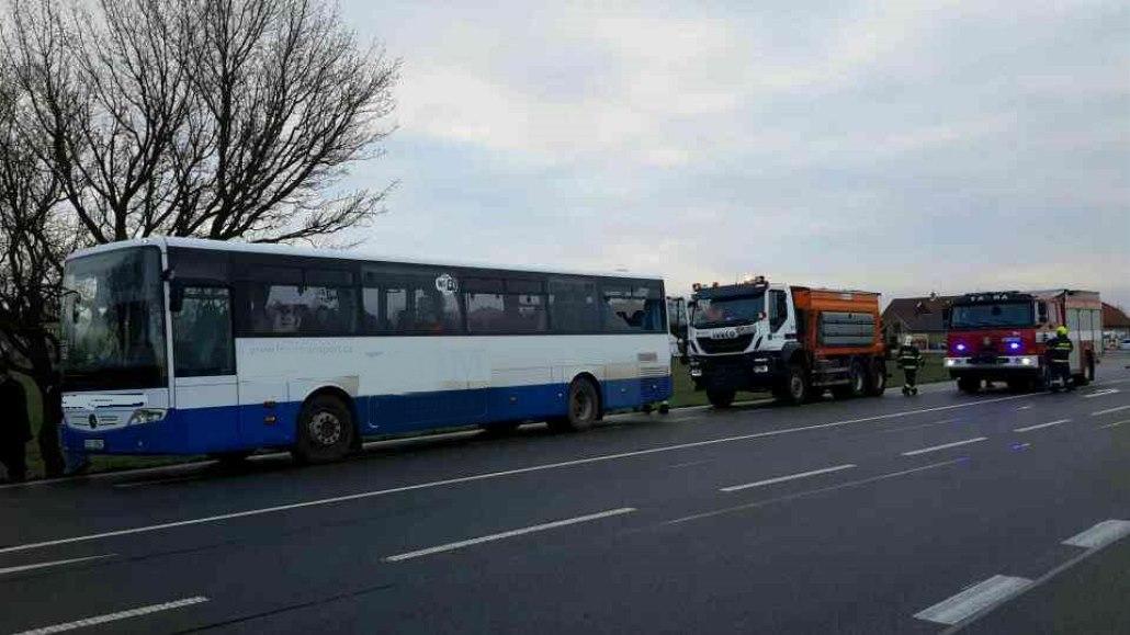 Na Žďársku havaroval autobus se třiceti lidmi, tři jsou zranění