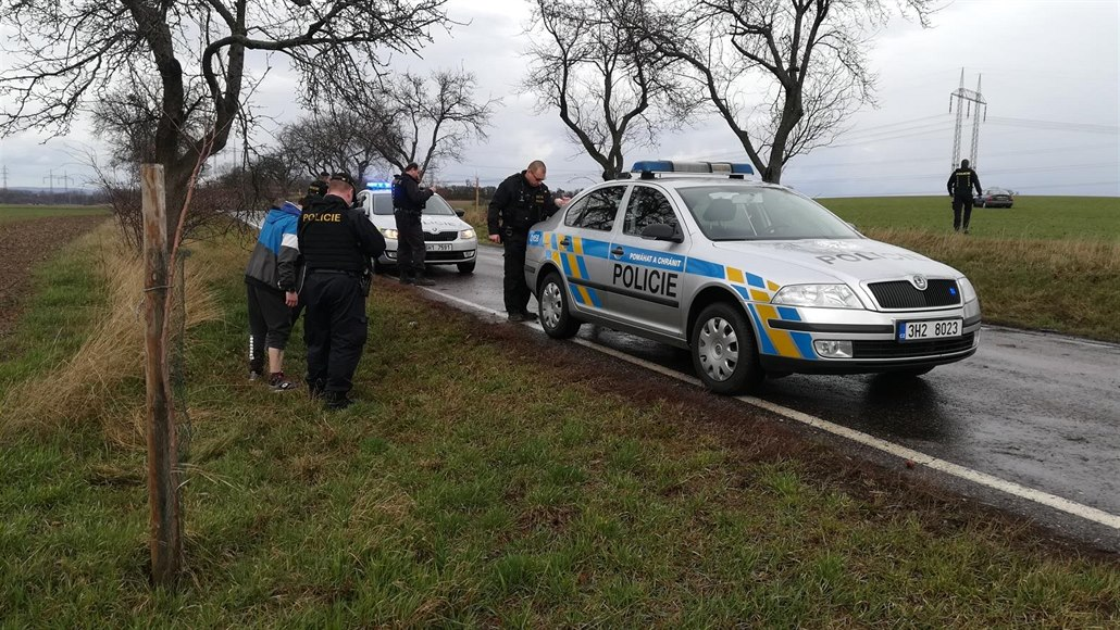 Řidič ujížděl policii, pak utíkal polem. Vzdal se po půl kilometru