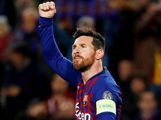 Lionel Messi z Barcelony se raduje po proměněné penaltě proti Lyonu.