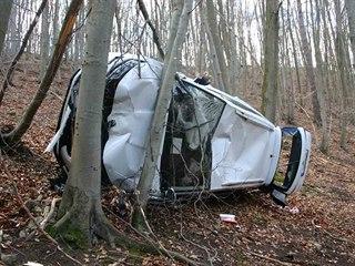 Muž zapomněl na lesní cestě zajistit svou škodu proti pohybu, auto se tak...