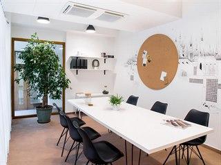 Prostor po dokončení slouží jako jednací místnost a sdílená kancelář pro...