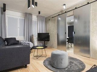 Také obývací pokoj pojali designéři převážně v šedé, černé a antracitové barvě.