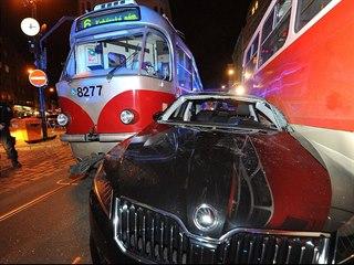 V Lazarské ulici se zaklínilo osobní auto mezi dvě tramvaje, hasiči museli...