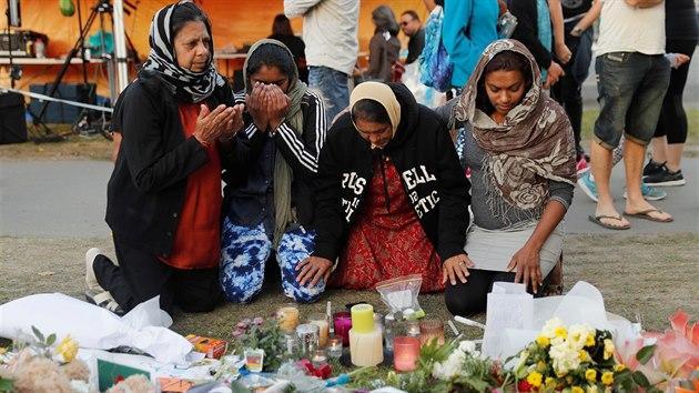 Lidé se v novozélandském Christchurchi loučí s oběťmi teroristického útoku. (19. března 2019)