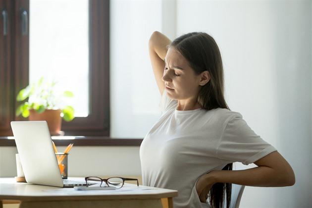 Proti bolesti beder pomohou protažení, správné vstávání i dechová cvičení