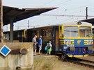 Motorový vůz 810.435-8 společnosti AŽD čeká ve stanici Most na odjezd do...