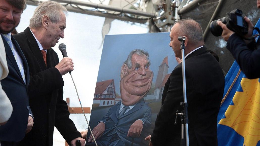 Zeman navštívil Milhostov, kde ho volil skoro každý. Darem dostal karikaturu