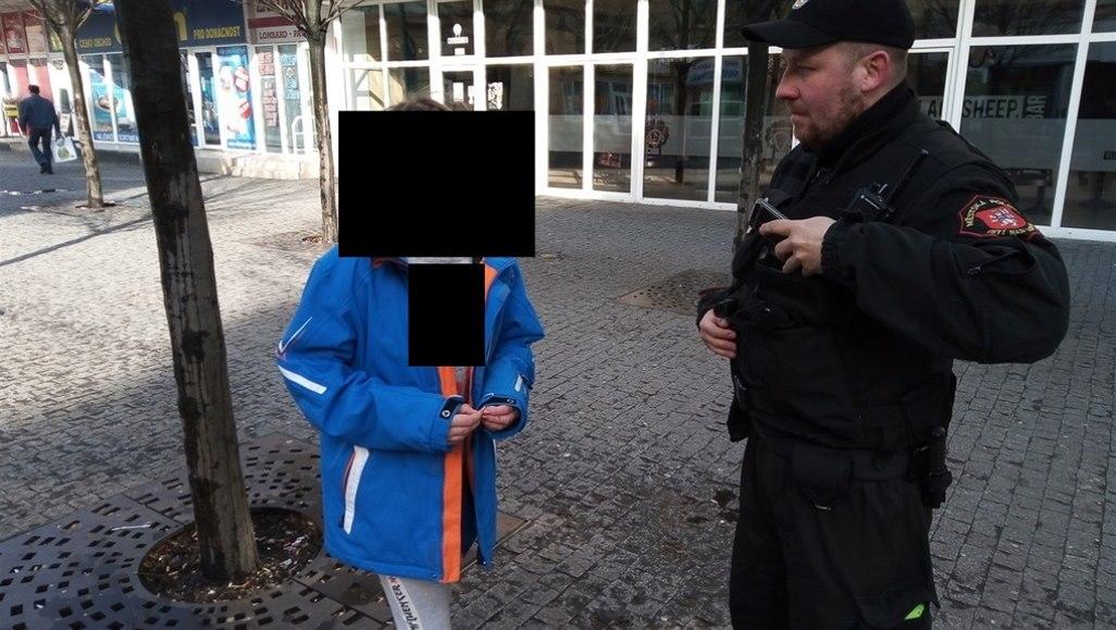 V Ústí žebrala dvanáctiletá dívka, strážníky upozornili šokovaní lidé