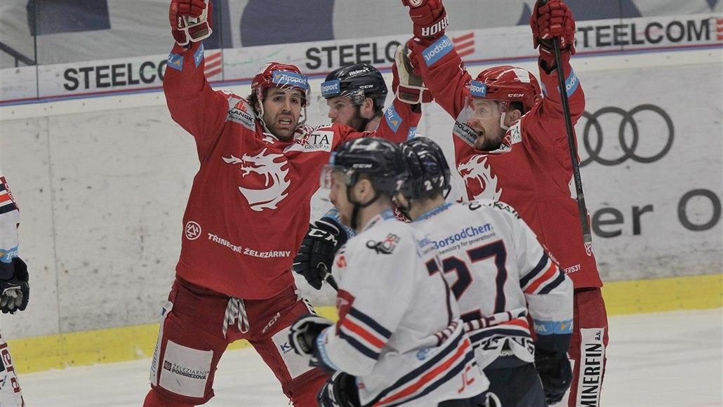 ONLINE: Třinec vítězí počtvrté a postupuje, Liberec znovu ztrácí