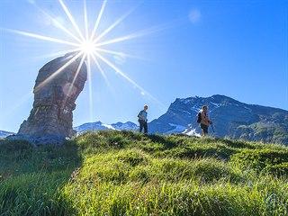 Hra světel: turisté míjejí simplonského orla v průsmyku během 33 km dlouhé túry...