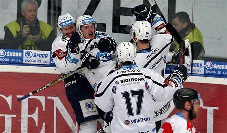 cc4bd1988 Plzeňští hokejisté se radují z gólu v rozhodujícím čtvrtfinálovém utkání  proti.