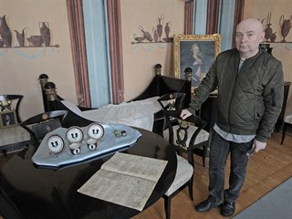 Kastelán kunínského zámku Jaroslav Zezulčík v takzvaném pompejském pokoji