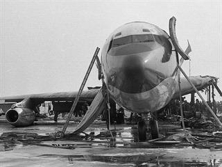 Pohled na kokpit, patrný je splasklý skluz. Boeing 707 společnosti BOAC...