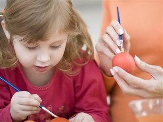 Děti jsou schopny pomalovat vajíčka i obyčejnými vodovkami a užijí si to.