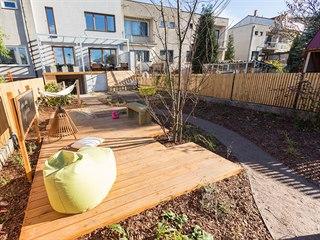 Podlouhlá zahrada u řadového rodinného domu proměněná v místo, které splňuje...