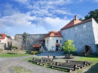 Vodní hrad Lipý založil rod Ronovců koncem 13. století.