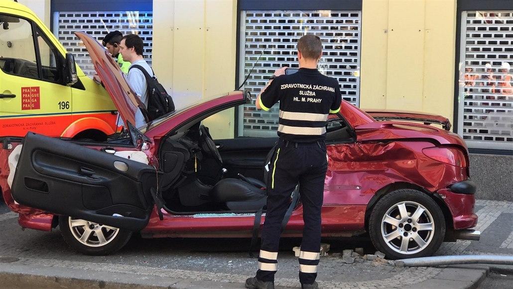 V pražském Karlíně a Vokovicích se odpoledne srazila auta s tramvajemi