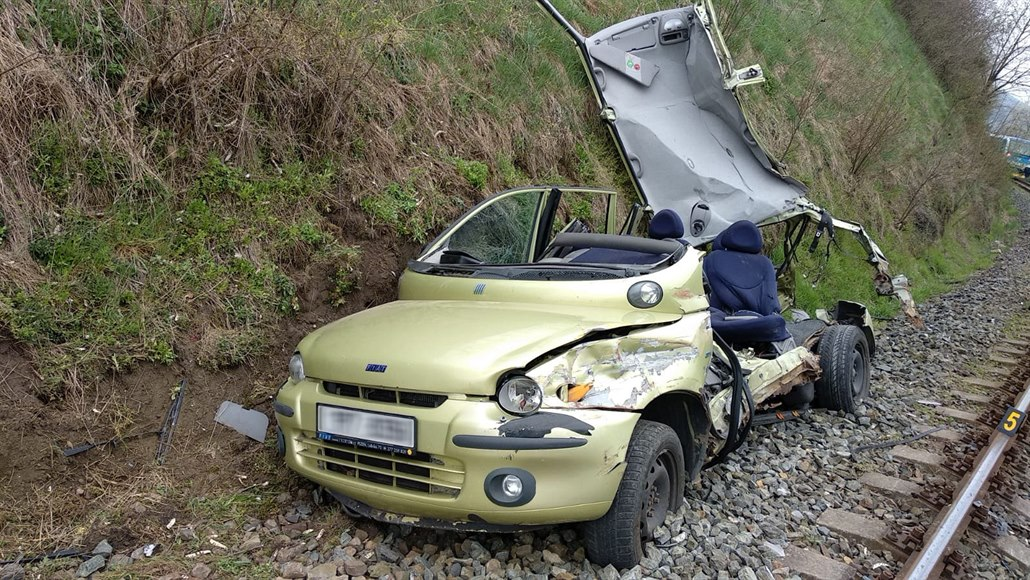 Na Klatovsku se srazil vlak s autem, nehodu nepřežil řidič vozu