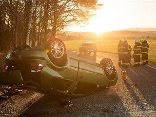 U obce Slavoňov – Blažkov skončilo auto na střeše (19. dubna 2019).