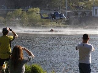 Požár lesního porostu u Řeže u Prahy. Vrtulník nabírá vodu z Vltavy. (19. dubna...