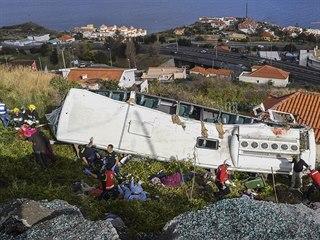 Na portugalském ostrově Madeira se ve středu večer převrátil autobus plný...