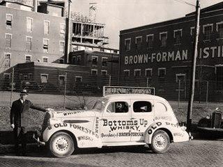 Reklamní automobil společnosti Brown-Forman před budovou palírny v roce 1936.