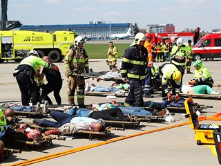 Cvičení na pražském letišti v Ruzyni k postupu složek IZS při havárii letadla....