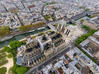 Letecký pohled na pařížskou katedrálu Notre Dame po ničivém požáru.