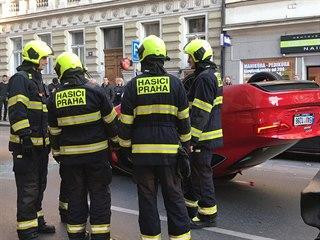 Šest aut se srazilo v ulici Rumunská. Jedno skončilo na střeše. (15. 4. 2019)