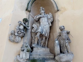 Vandal poškodil dlažebními kostkami sochy u kostela sv. Máří Magdalény v Brně....