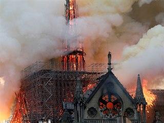 Katedrála Notre-Dame v Paříži je v plamenech. Propadla se střecha a zřítila...