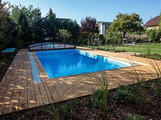 Pohled z domu na bazén časem milosrdně zacloní vysoká tráva ozdobnice. ...