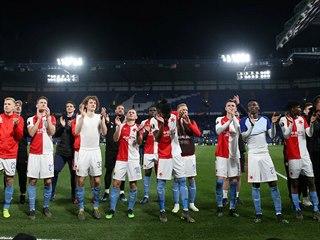 Slávisté při děkovačce po odvetě čtvrtfinále Evropské ligy na Chelsea.