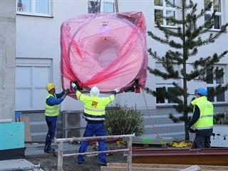 Několik tun vážící přístroj v hodnotě přes 40 milionů korun musel do útrob...