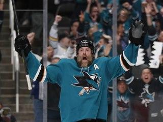 Joe Thornton ze San Jose se raduje z vítězství na domácím ledě.