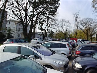 Lidé parkují u nemocnice v Hradci Králové, kde se dá.