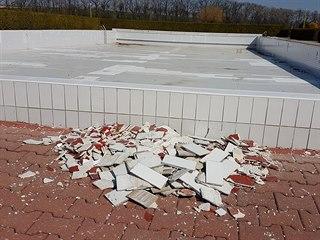 Na koupališti v Opočně opadávají kachličky i části betonu.