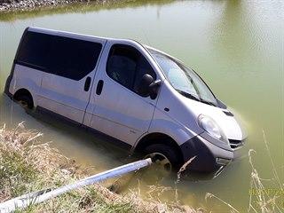 Nezabrzděná dodávka skončila v rybníčku v obci Štěnovický Borek. (17. dubna...