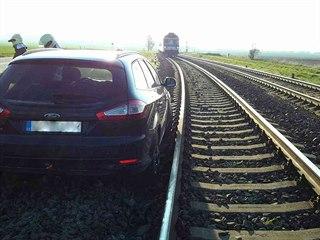 Hasiči museli ve středu ráno mezi Vlkošem a Bzencem vytáhnout auto z kolejiště.