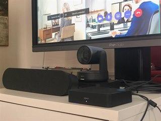 Na snímku kamera Logitech Rally, Display HUB a reproduktor videokonferenční...